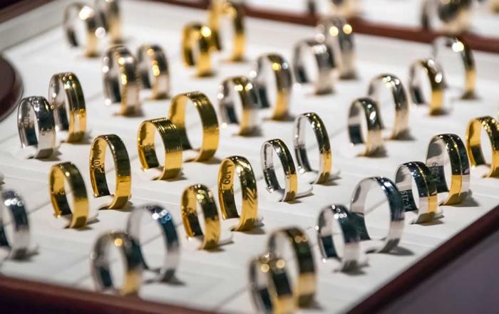 2020年受到新冠疫情的影響,金價突破歷史新高,掀起一股賣金潮,許多人紛紛尋求賣金子管道來換取現金。坊間賣金子管道除了銀樓之外,還有當舖可以做選擇。此時,民眾就會好奇到當舖或銀樓賣金子怎麼算價格?賣金戒指、賣金項鍊時一定會被扣除失重嗎?以上關於賣金子的細節,就由立榮台中當舖為你說明吧!缺錢的時候變賣金子給銀樓或當舖的…